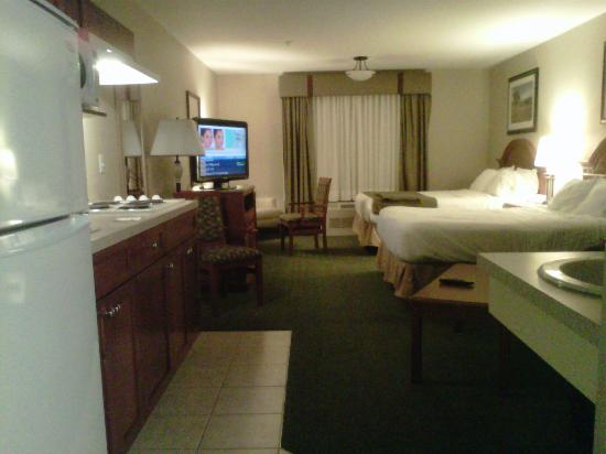 Holiday Inn Express and Suites Medicine Hat: Room with two queen beds & kitchen.