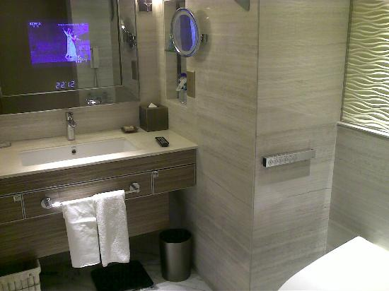 Kerry Hotel Beijing: TV inside bath mirror