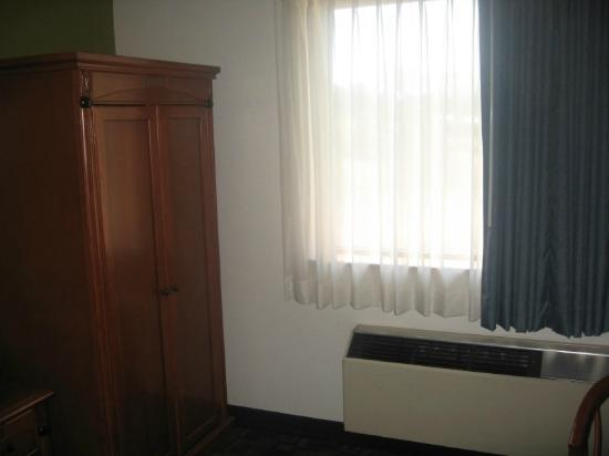 Best Western Plus Antelope Inn: Armoire Closet