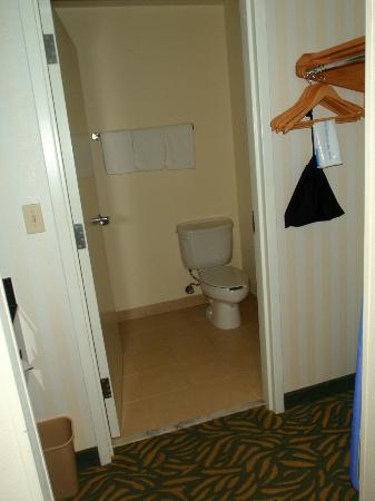 Fairfield Inn & Suites West Palm Beach Jupiter: shower was to the left inside bathroom