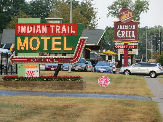 Indian Trail Motel: You can leave your car and walk to all the restaurants, bars and shops just a few blocks away.