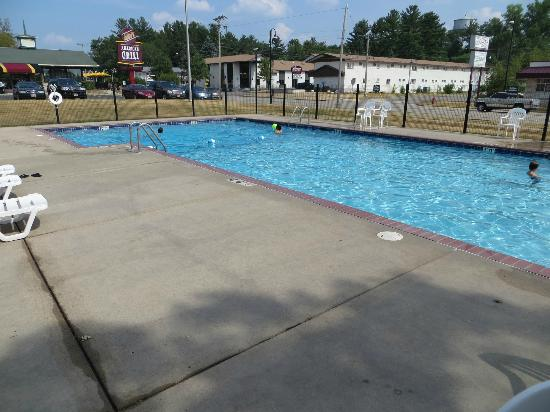 Indian Trail Motel: Pool with a nice restaurant right next door.