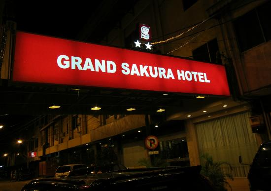 ‪‪Grand Sakura Hotel‬: back of the hotel to the extension- creepy feel‬
