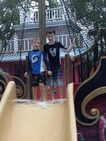 Calverton, Нью-Йорк: pirates cove. my older son was too big for it but was a good sport.