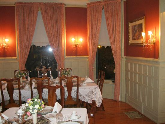 The Oliver Inn: Breakfast in this beautiful dining room was a treat.