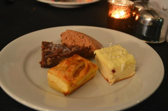High Street Motor Inn: Dessert range - mousse, cheesecake, apple danish, chocolate slice