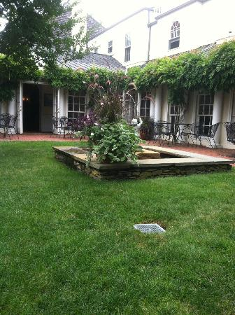 Francis Malbone House Inn: Central courtyard