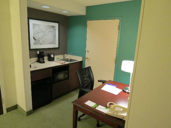 SpringHill Suites Seattle South/Renton: Microwave, bar fridge, desk