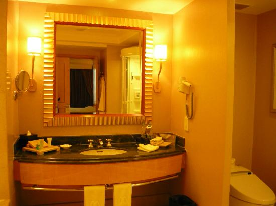 Hotel Mulia Senayan: The wash basin area
