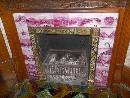 Richards House Bed and Breakfast: Fireplace