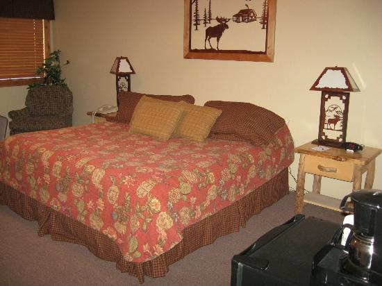 Majestic View Lodge: Comfy bed with lots of pillows