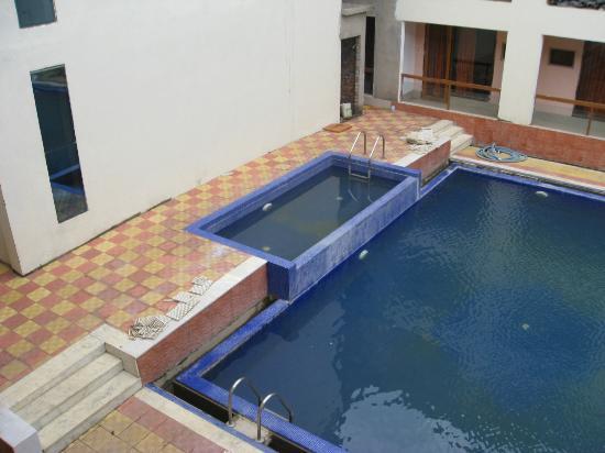 Kings Crown Resort: dirty pool