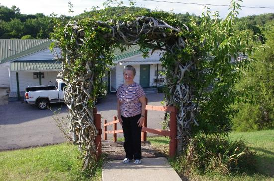 Dover Inn Motel: The deer horn archway leading from the main building to the pool and cabins