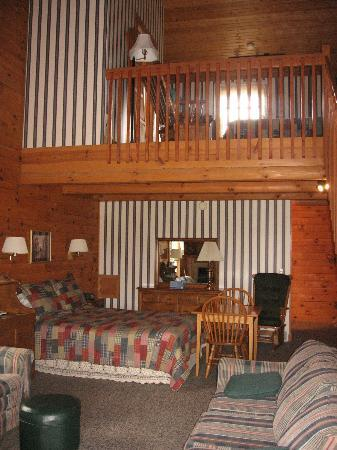 Fields of Home Lodge and Cabins: Maple Room loft