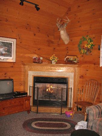 Fields of Home Lodge and Cabins: Maple Room