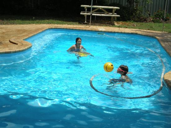 Moore Park Beach Motel: Having fun in the pool