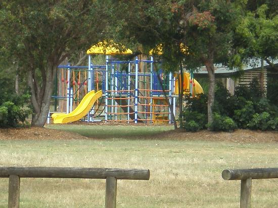 Moore Park Beach Motel: Children's playground just across the road