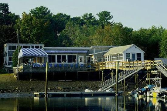 BG's Boathouse : view from the water