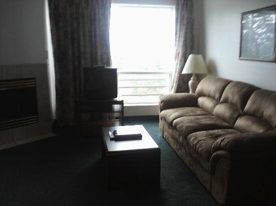 Motel 6 Newport: This couch was incredibly comfy