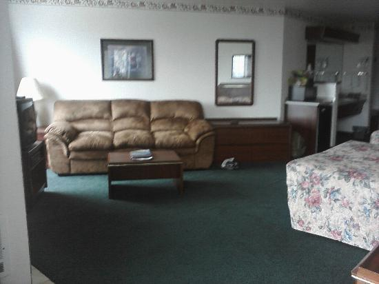 Motel 6 Newport: Couch, coffee table, dresser in double queen
