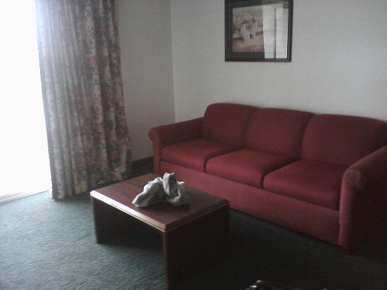 Motel 6 Newport: Couch in living room section of the king
