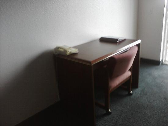 Motel 6 Newport: desk in king