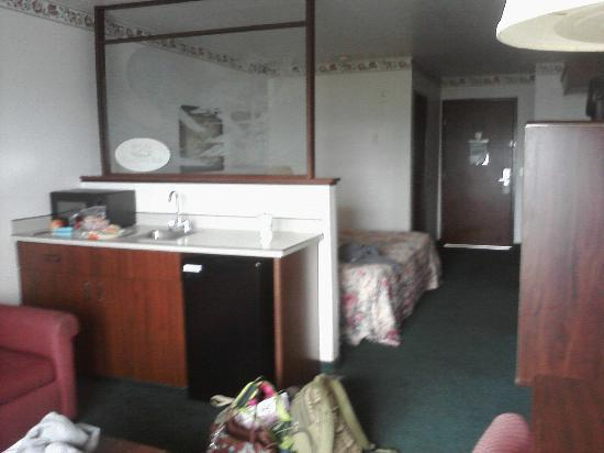 Motel 6 Newport: Wall dividing living & sleeping space in king room