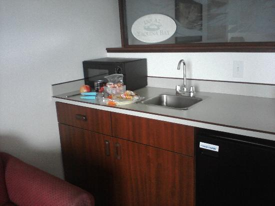 Motel 6 Newport: Little food prep area, king -- microwave, sink, mini fridge, ample counter space