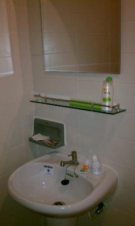 Lodge 61: clean toiletries