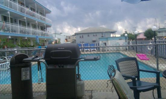 Quebec Motel By-The-Sea: The Pool again