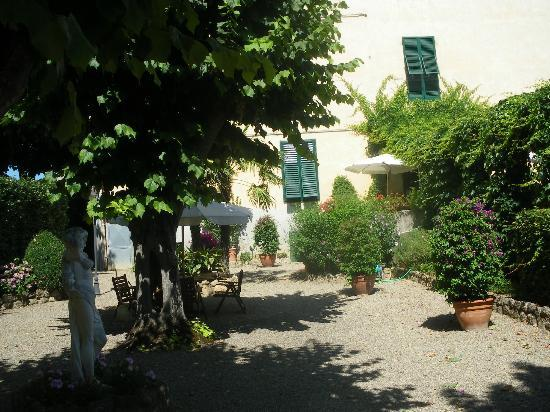 Albergo Roma: Part of garden area