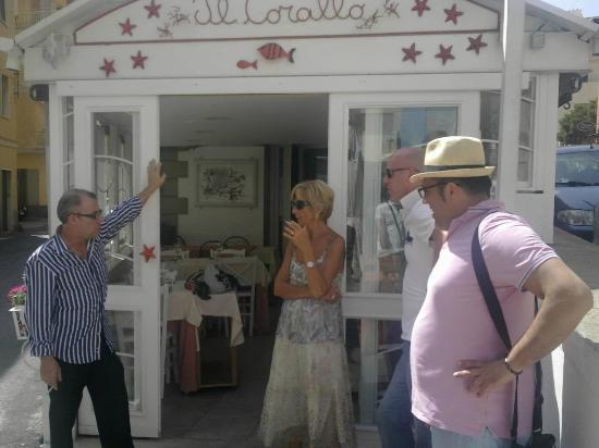 Anzio, İtalya: Ingresso Rist Il Corallo. A sinistra guardando la foto Giovanni il proprietario!