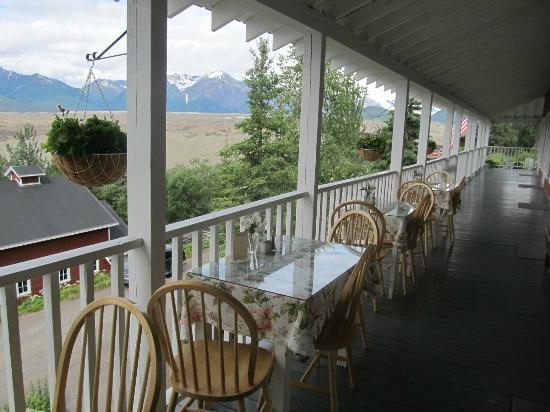 Kennicott Glacier Lodge: Dining on the veranda overlooking Kennicott's main street