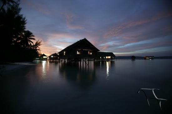 Kri Eco Resort: Kri at night