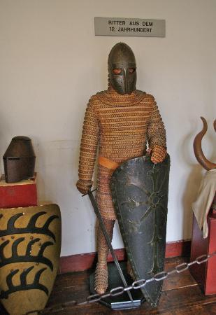 Schloss Marksburg: Rüstung des 12. J. gekochtes Leder verstärkt mit Eisenringen