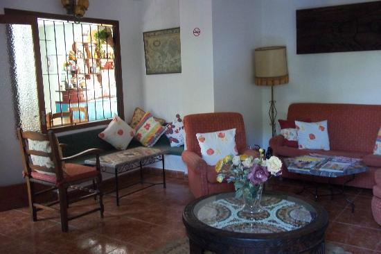 Hostal Valencia: le petit salon-bibliothèque