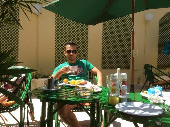 Hostal Valencia: Colazione a bordo piscina