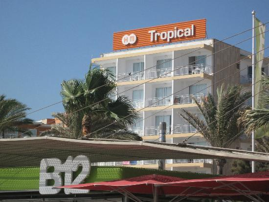 HM Tropical: Hotel from promenade