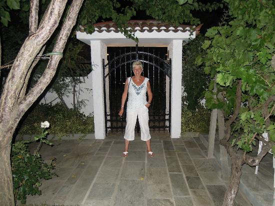 Hotel Costas Mary: Garden entrance