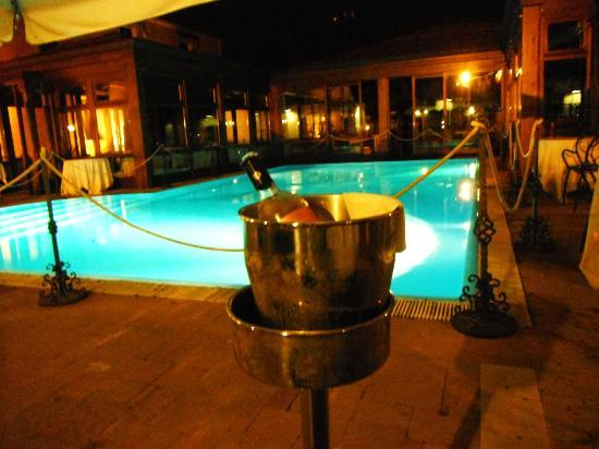 Il Podere Hotel: lovely setting by the pool