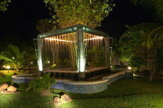 Cocoon Resort & Villas: Water Feature by night