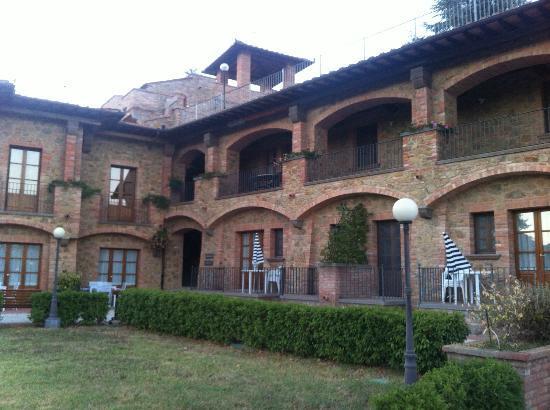 Residence Lady Village: Vista delle camere dal giardino
