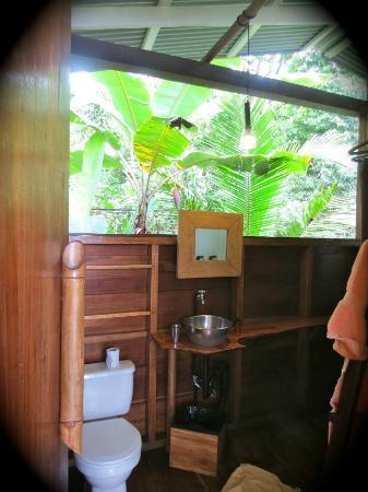La Loma Jungle Lodge and Chocolate Farm: The bathroom in our casita