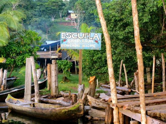 La Loma Jungle Lodge and Chocolate Farm: The nearby local school- small canoe ride from the lodge