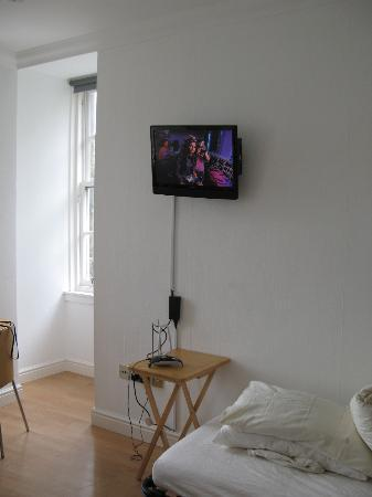 Capital View Apartments: Flatscreen TV