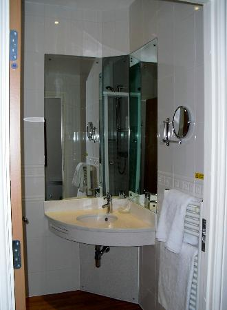 ‪‪High Range Hotel‬: Part of the modern ensuite bathroom (sink/mirror)