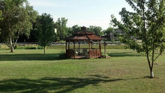 Fountain City Motel: The gazebo.