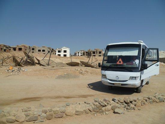 Poinciana Sharm Resort & Apartments: строящийся обель напротив пляжа
