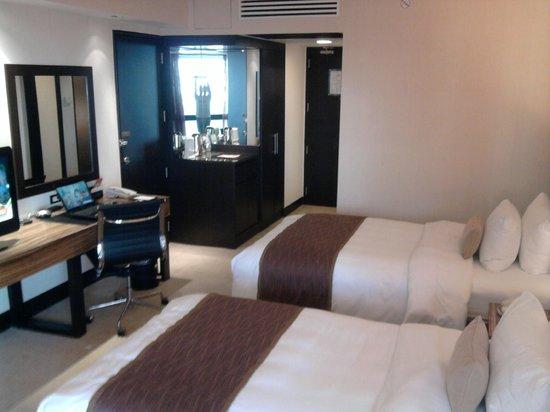 Hotel Jen Manila : twin beds, mini bar