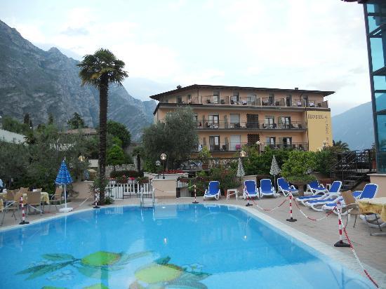 Garda Bellevue: Pool mit Blick zum Haupthaus